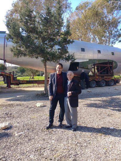 נשיא מועצה לשימור אתרי מורשת בישראל שלמה הלל ובנו ארי על רקע המטוס